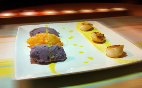 Noix de Saint Jacques, sauce coco & safran, quenelles vitelotte et carotte