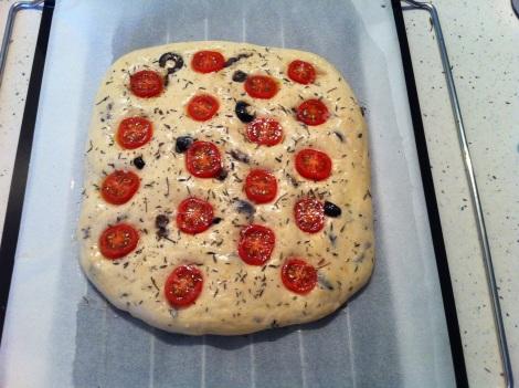 focaccia tomates cerises, olives, romarin